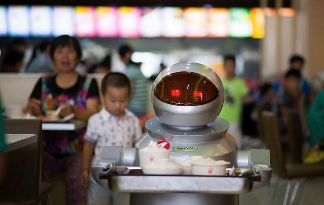 Robot phục vụ quán cafe